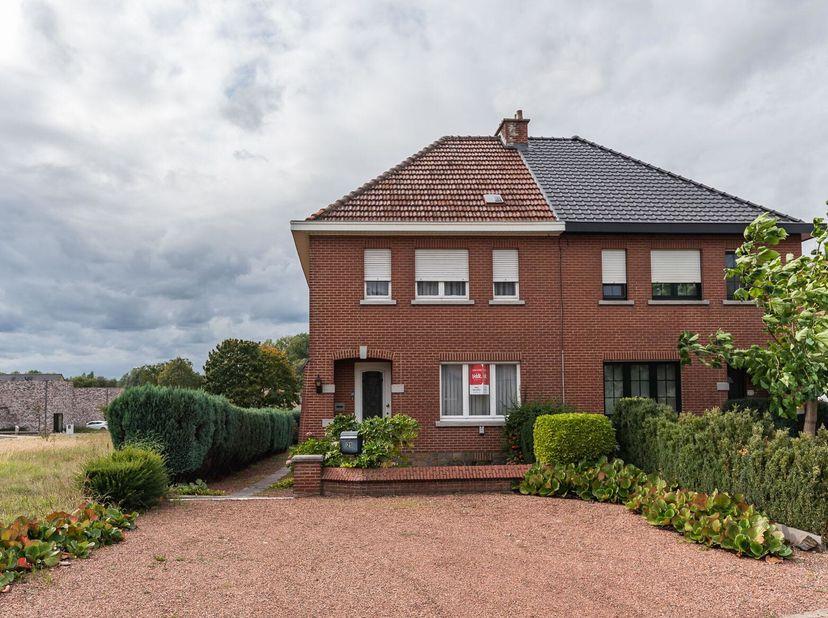 WONING MET RUIME TUIN<br /> Een rustig en goed gelegen halfopen woning met mooie grote tuin, groot 7a26ca, zal door Notaris Gwen Daniëls te Oud-H