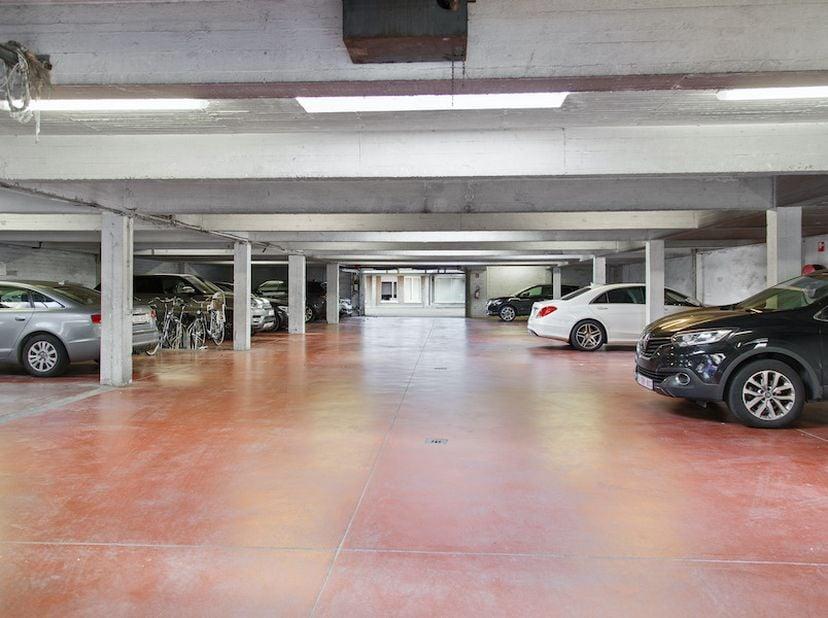 Grand parking sécurisé de 44 places de stationnement sur deux niveaux (au rez-de-chaussée et au sous-sol)<br /> <br /> -Lange Her