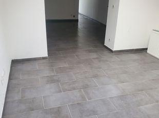 Zeer mooie woning te huur in Kortrijk<br /> op de begane grond vinden we bij de ingang de aparte volledig ingerichte keuken, een woonkamer, een eetkam