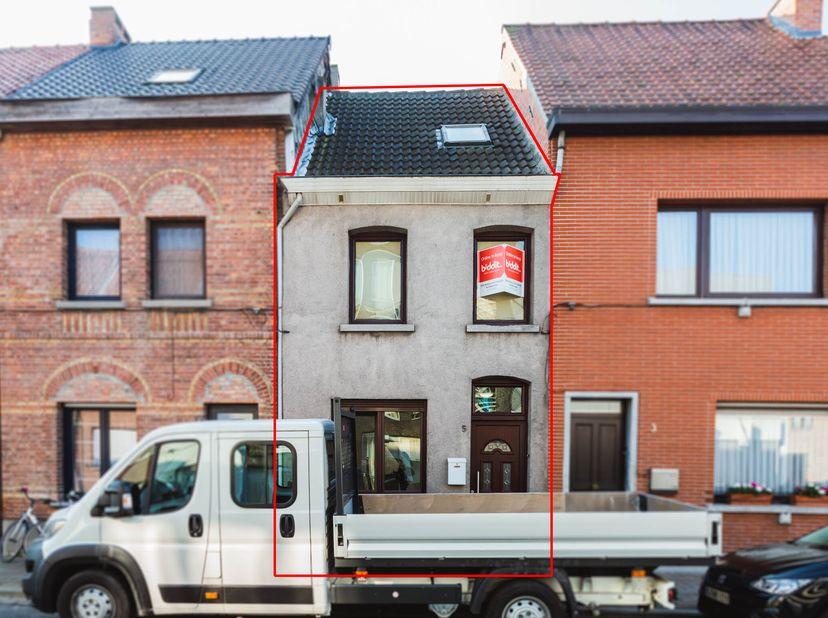 Goed gelegen woning nabij het centrum van Sint-Niklaas, nabij winkels, scholen en openbaar vervoer.   <br /> Het dak werd geïsoleerd en alle ramen zi