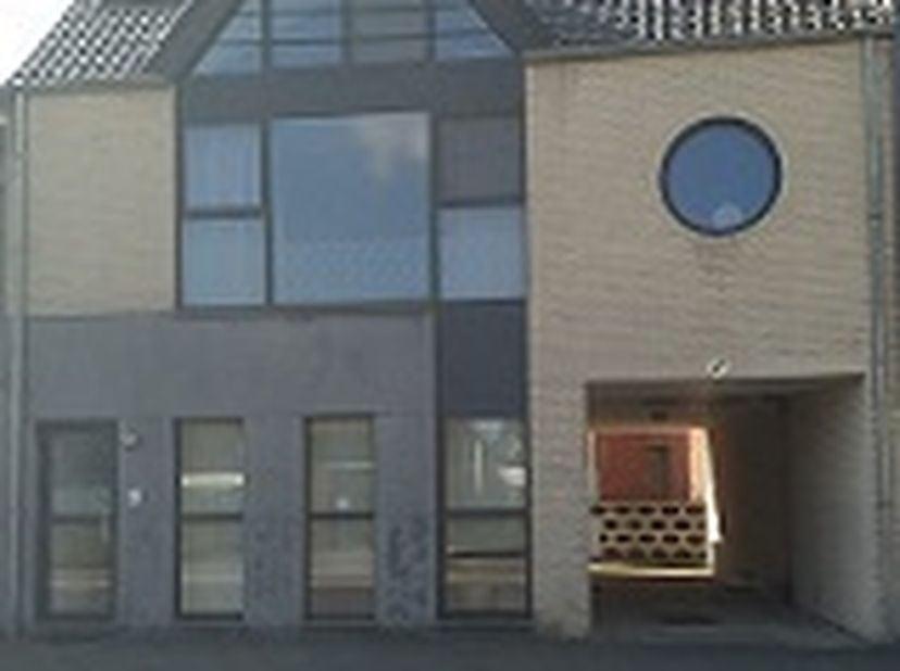 Gezellig duplex appartementje te huur in het centrum van Hamont, bestaande uit een APARTE INKOM, toilet, woonkamer, keuken, berghok, slaapkamer en bad