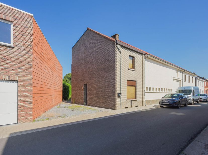Huis HOB, in rustige omgeving  met autostaanplaats of verdere mogelijkheden. <br /> - glv: inkom, living-eetplaats, keuken, terras, tuin, autostaanpla