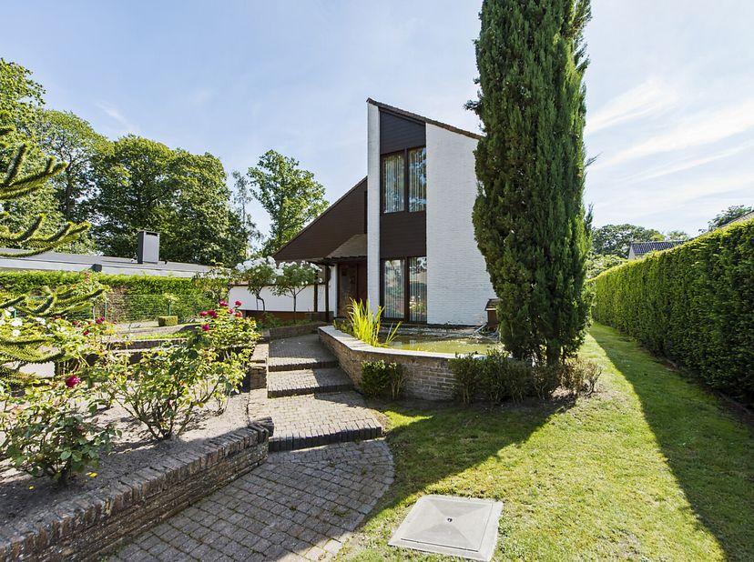 Deze exclusieve villa met enorme volumes ligt op een boogschuit van het Tillegembos. De woning is gelegen in een rustige, residentiële wijk met e