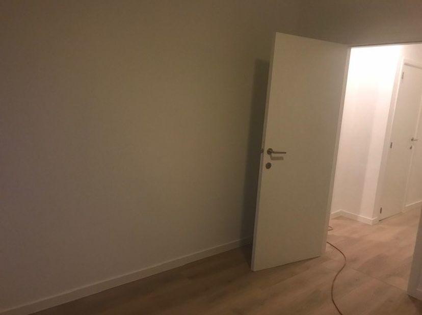 Volledig gerenoveerd appartement, oplevering 1 maart 2021. Nieuwe vloeren (keramisch parket), volledig uitgeruste keuken, badkamermet ligbad en douche