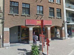 Prachtig handelsgelijkvloers te huur met een oppervlakte van ca. 336 m². Kenmerken: afzonderlijk sanitair, bergruimte, bureel, etalages volledig