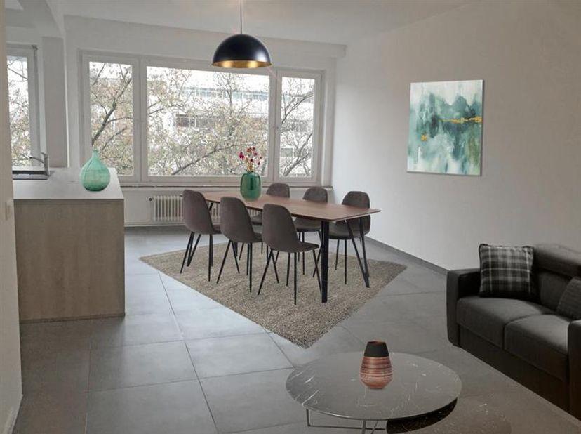Prachtig gerenoveerd appartement op de vijfde verdieping met 2 slaapkamers vlakbij Het Eilandje en het Park Spoor Noord.<br /> <br /> Indeling: inkomh