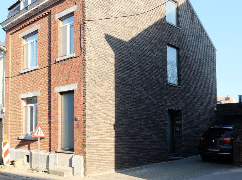 De woning werd volledig gerenoveerd in 2010. <br /> Gelijkvloers: hal met toilet, grote en open leefruimte met keuken, eetkamer, living, ontbijtruimte