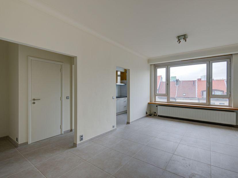 Dit leuke appartement is recent hoogwaardig gerenoveerd en heeft een uitstekende ligging in het centrum van de stad, vlakbij verschillende winkels, sc