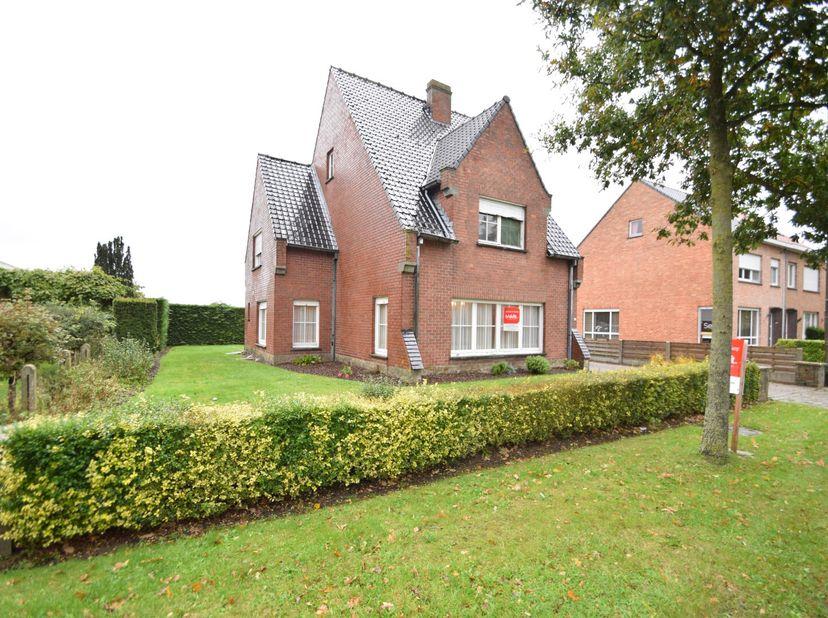 Deze open bebouwing met zeer gunstige en landelijke ligging tussen Brugge en Damme heeft een inkom, leefruimte, keuken (met dampkap, onder- en bovenka