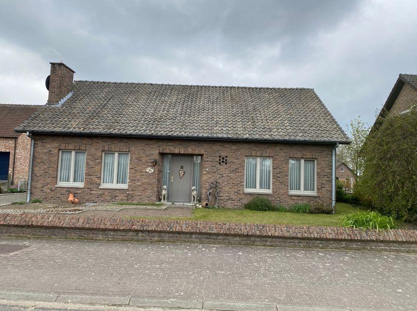 Deze woning is gelegen in een rustige straat tussen Beek en Bree. Bouwplaats is 12a19.<br /> Er is een dubbele garage (50m²)en een tuinhuis (21m²), me