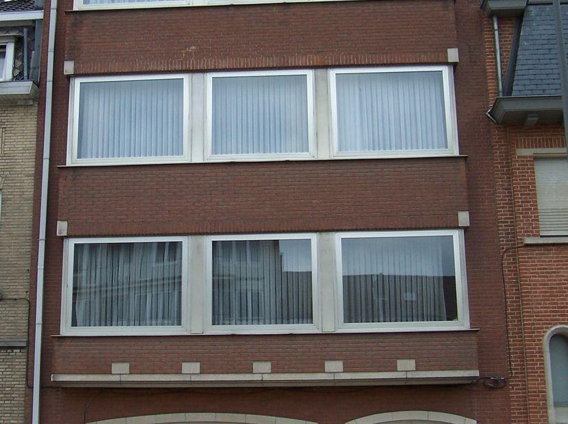 HENDRIK I LEI 33 VILVOORDE 3° verd MET LIFT ; Zonnig Appartement van 120 m2 volledig in parket. Aan voorzijde zeer ruime living en geïnstall.keuken, a
