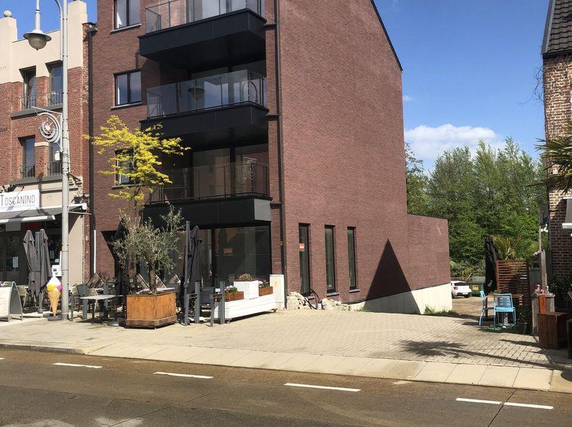 Deze nieuwbouwappartement is gelegen op de Vennestraat 105 te Genk (winkelstraat).<br /> <br /> Er zijn 2 kijkdagen voorzien op zondag 20 juni 2021 tu