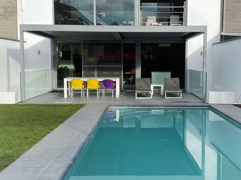 Deze bijzondere stadsvilla van 300 m² getuigt van een originele moderne architectuur en is gelegen in een rustige en groene omgeving in hartje Hasselt