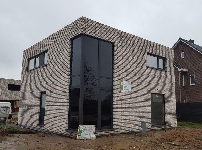 Zeer mooie ruime moderne nieuwbouwwoning, luxe afwerking, lage energie kosten(zonnepanelen, vloerverwarming)<br /> indeling gelijkvloers; inkomhal, ga