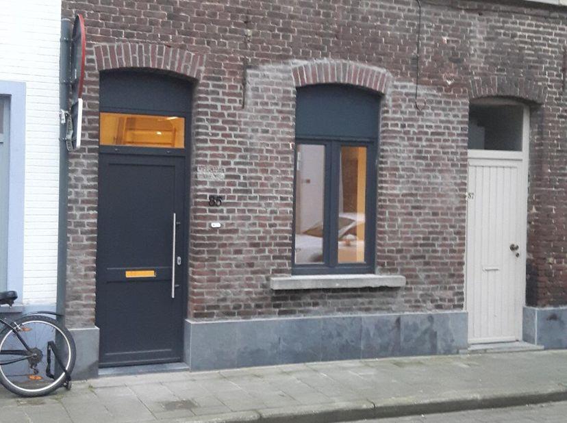 Volledig gerenoveerde, instapklare, knusse arbeiderswoning. De woning is ingedeeld als volgt: op de gelijkvloerse verdieping: keuken, eetplaats, bergi