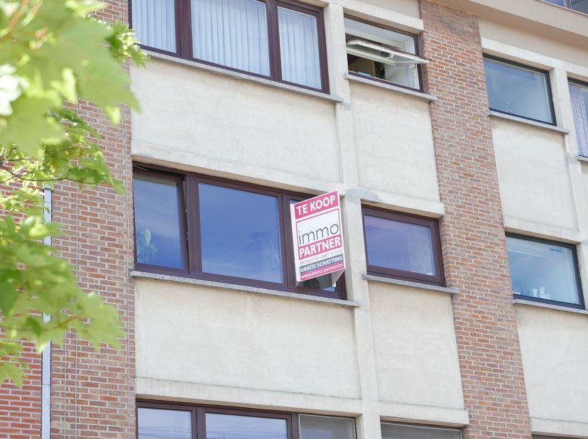 Gerenoveerd en rustig gelegen appartement op wandelafstand van Sint-Pieters-Station. Indeling: inkom (8 m²), living (25 m²), keuken (8 m²), apart toil