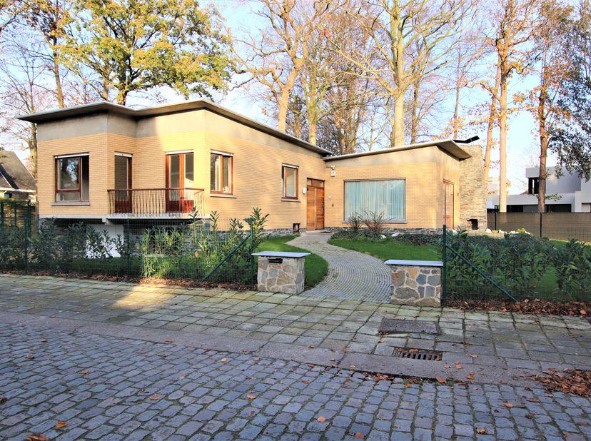 Deze alleenstaande woning treft u in een rustige straat op wandelafstand van het station en centrum van Brugge. Vanuit de inkomhal met gastentoilet en
