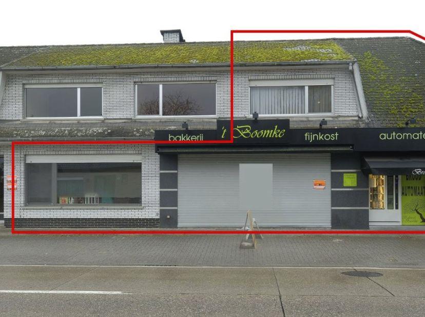 Handelseigendom met woonst, inhoudende op het gelijkvloers: een winkelruimte/werkplaats, living, keuken met trap, berging, garage achteraan en onderaa