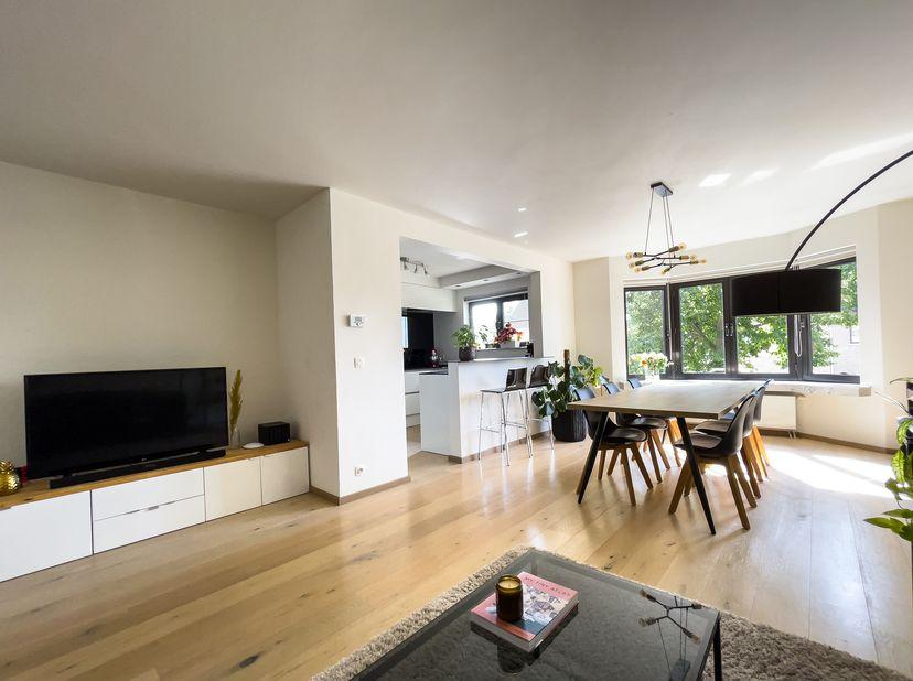 Appartement op zeer centrale ligging in Aartselaar dichtbij twee grote verbindingswegen.<br /> <br /> De foto's spreken voor zich. Het appartement (10