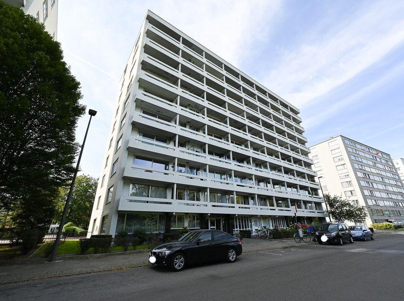 Gunstig gelegen appartement op de 4de verdieping met woonkamer, keuken, badkamer, hall, wc, 2 slaapkamers, terras aan de voorzijde en kelder nr. 12.<b