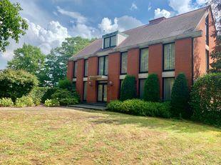 Zeer ruime en uitzonderlijke villa gelegen op 2 bouwpercelen ( 29,70 are ) , amper 5 min van centrum Hasselt met mogelijkheid voor vrij beroep .<br />