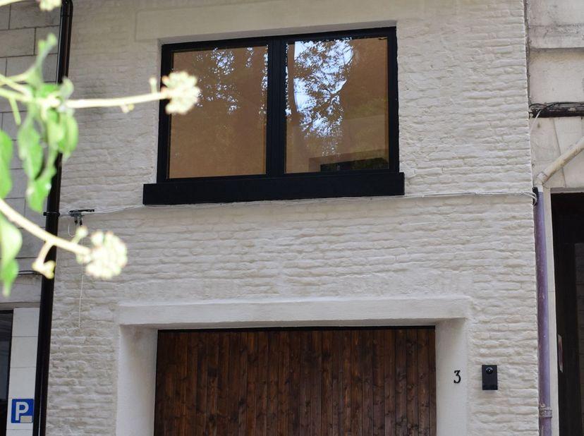 Deze mooie gerenoveerde, instapklare woning bevindt zich in het hart van Gent, gelegen in een oase van rust en uitkijkend op de imposante Sint-Annaker