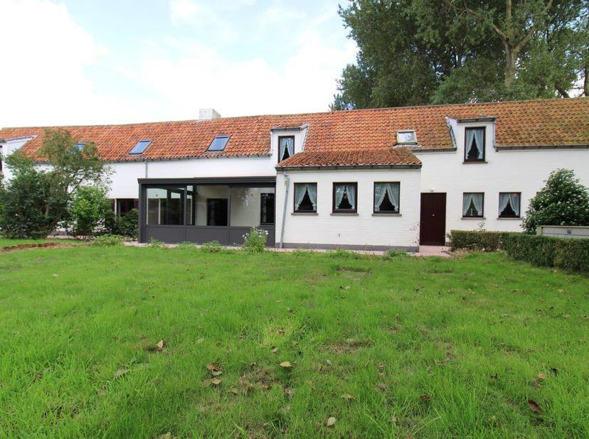 Woonhuis met tal van mogelijkheden!   <br /> In Dudzele langs de Damse Steenweg vinden we deze woning op een grondoppervlakte van 1056m².   <br /> Ide