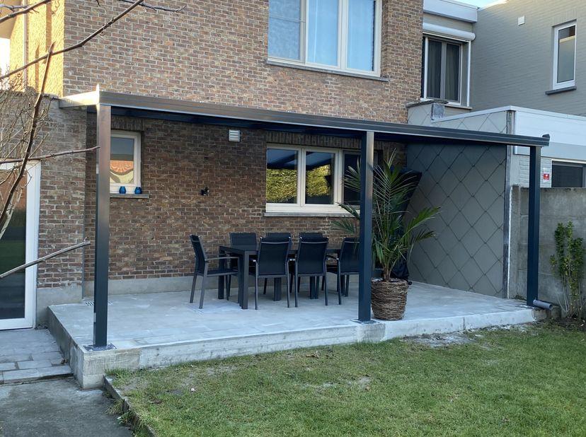 Deze prachtige instapklare woning is gelegen in een rustige straat te Merksem. Op het gelijkvloers heb je de vernieuwde openkeuken met ingemaakte toes