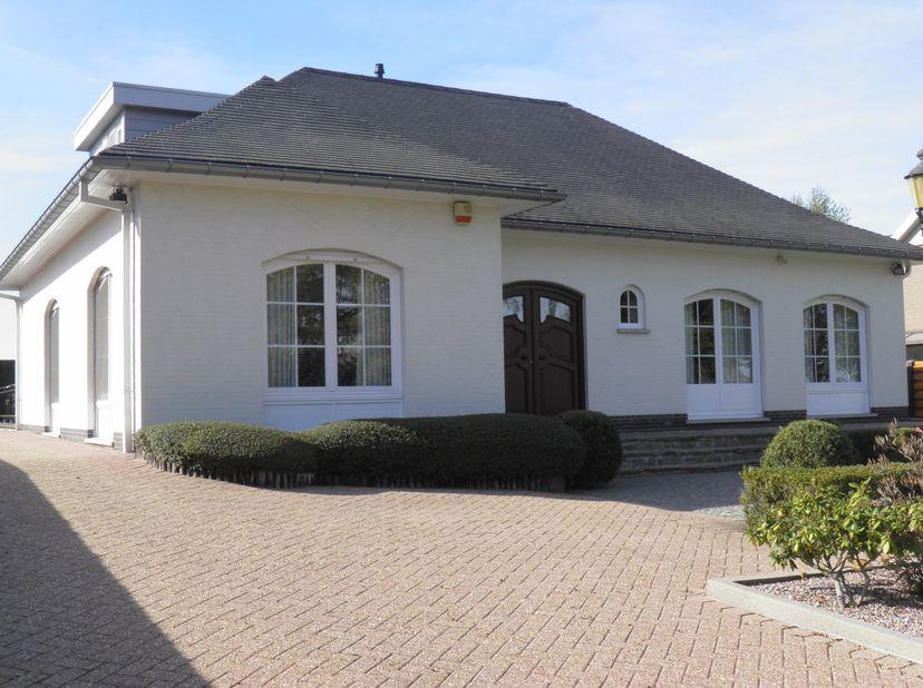 Ruime villa op een perceel  van 8,85 areLuikersteenweg 461 – 3700 Vreren<br /> Deze ruime villa open bebouwing met een totale oppervlakte van 256,8