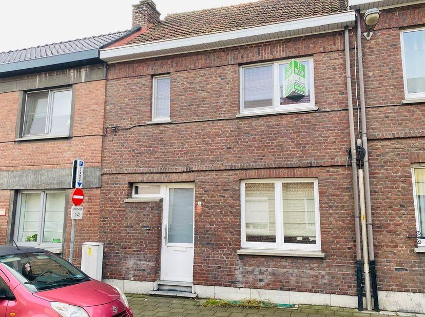 Deze woning is gelegen in de Adelardusstraat 1 te 3800 Sint-Truiden.  Dit is in het centrum van de stad, op welgeteld minder dan 5 minuten van de Grot