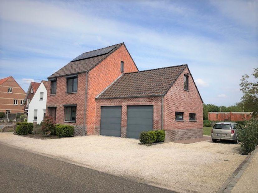 Te koop: ruime gezinswoning in Wijchmaal-Peer. <br /> <br /> Ruime woning, gelegen in rustige straat op 2 km van Noord-zuid verbinding (N74).<br /> Me