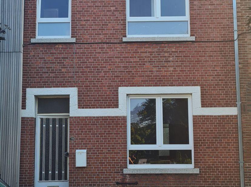 HUIS TE KOOP<br /> Deels gerenoveerde gezinswoning in Runkst.<br /> Gelegen in een rustige straat, op wandelafstand van winkels, scholen, bakkers en w