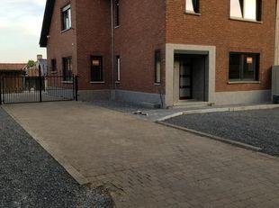 Een mooi eengezinswoning met drie verdiepingen nl : ruime frisse kelder, gelijksvloer en bovenverdieping. mooi gerenoveerde woning met gelijkvloers au