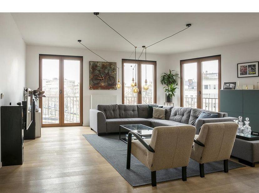 """Schitterende hoekappartement van ca 114 m² in de knappe en eigentijdse realisatie """"Zuiderley"""" op de hoek van de Amerikalei en de Bresstraat. Een super"""