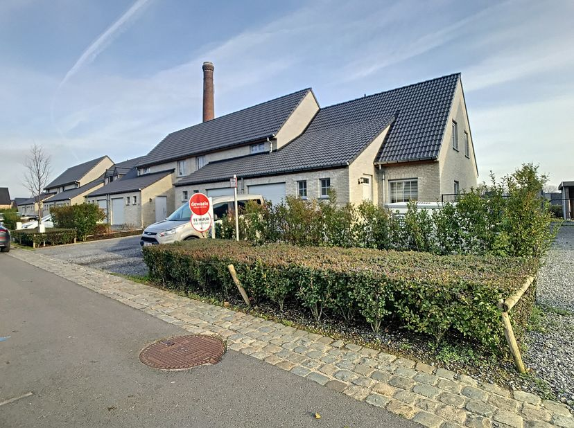 Cette nouvelle maison de construction est située dans un lotissement adapté aux enfants.<br /> La maison comprend une pièce &agra