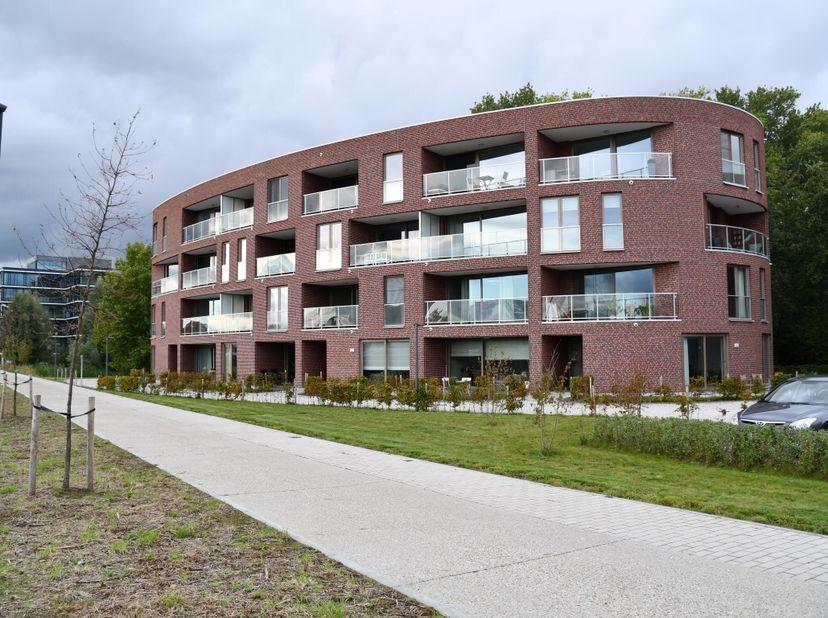 Dit schitterend nieuw instap klaar 2 slpk appartement (2de verdieping ) afgewerkt met kwalitatieve materialen en met overdekte auto- en fiets staanpla