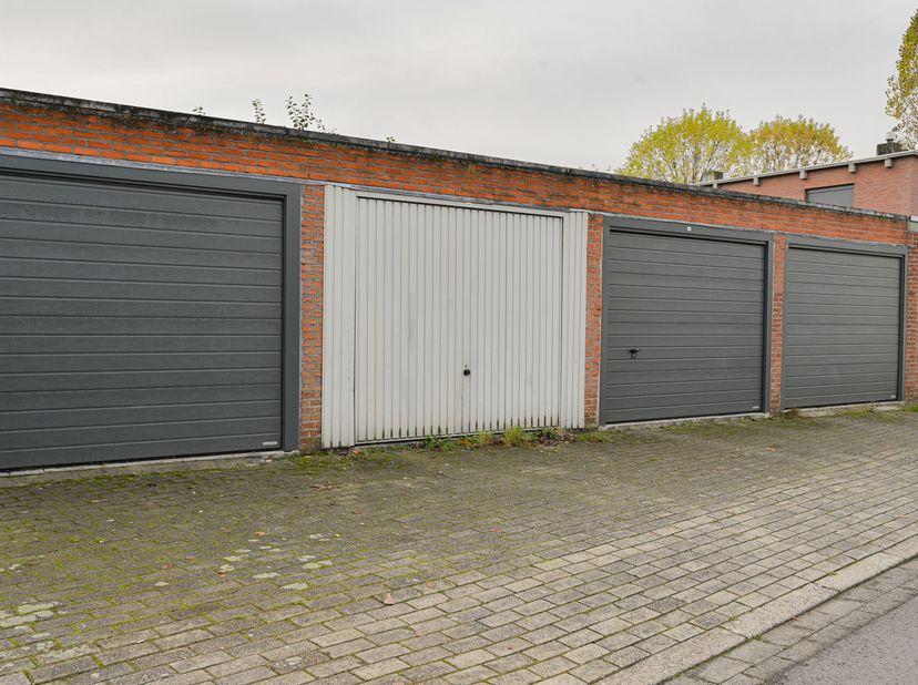 Gunstig gelegen garagebox met handmatige kantelpoort, in woonwijk nabij A12, H: 2180mm x D: 5855 mm x B: 3000mm, KI:  69,00.<br /> Bezoek:<br /> Na vo