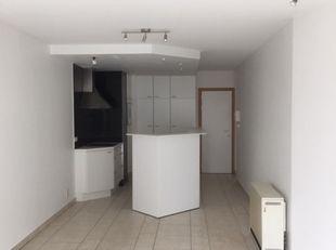 situé au centre de la rue commerçante à 50 m de la mer<br /> bel appartement avec salon et cuisine ouverte et 3 chambres complètes, chacune avec un li