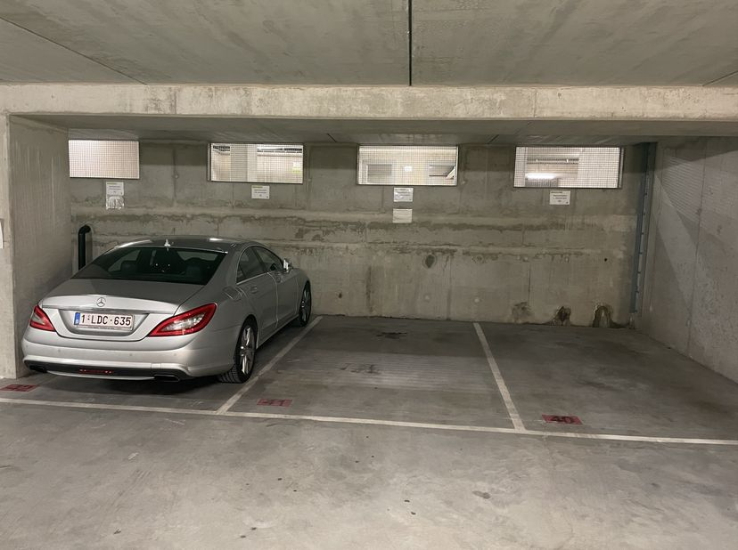 Overdekte parkeerplaats te huur (beveiligd)<br /> <br /> Een autostaanplaats wordt te huur aangeboden in een ondergrondse, beveiligde parkeergarage va