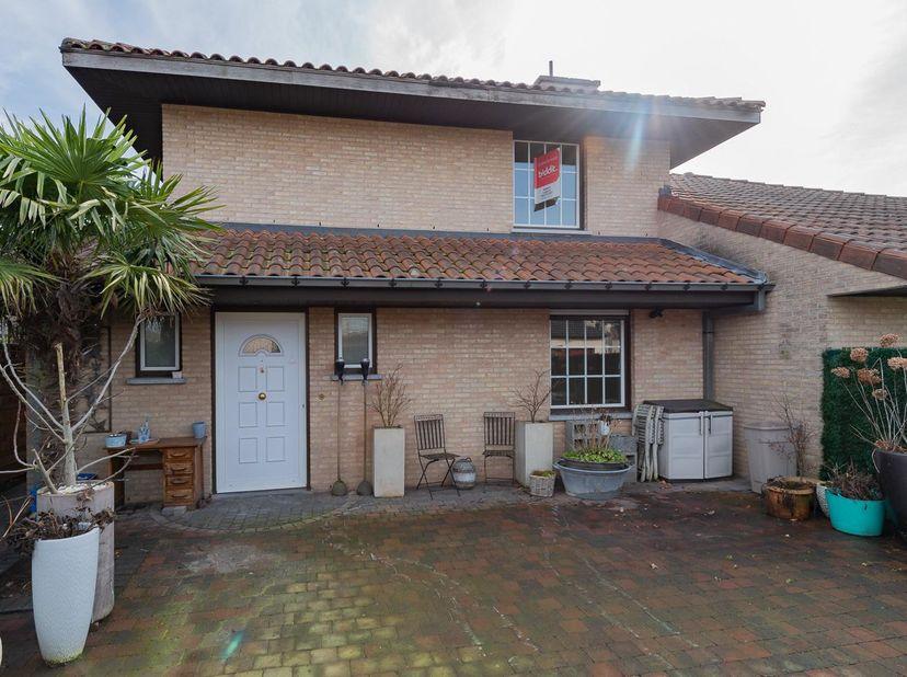 BIDDIT<br /> INSTAPKLARE WONING<br /> Deze ruime HOG is gelegen in een residentiële wijk nabij het centrum van Berlare, winkels, scholen en natuu