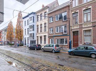 1slpk-appartement met buitenruimte op gunstige locatie nabij Historisch Gent.  Nabij historisch Gent en het nieuw gerechtsgebouw vindt u dit gelijkvlo