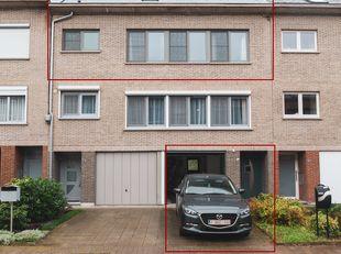 Ruim appartement (1973) met 4 slaapkamers op een toplocatie te Kessel-Lo! Instapklaar! <br /> Bestaande op het gelijkvloers uit een inkomhal, een gara