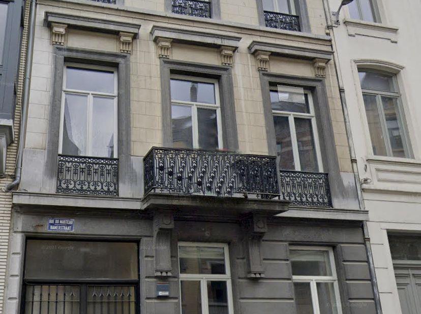 Au centre de Bruxelles, prestigieuse maison de maître à usage de bureaux, d'une superficie d'environ 1000 m2, sur un terrain de 6a 62ca et comprenant