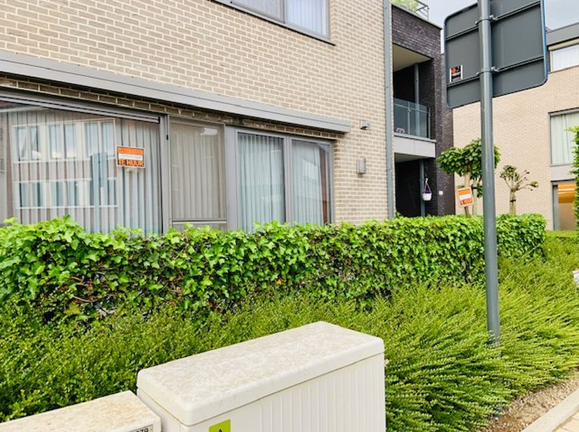 Gelijkvloers appartement gelegen in hartje Tielt-Winge, met vooraan terras en achteraan een tuintje. Ruime woonkamer, keuken met apparatuur, badkamer,