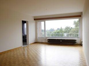 Zeer aangenaam appartement: groen uitzicht, ruime living met veel lichtinval en parket, terras, hal met inbouwkast, ingerichte keuken (met vaatwasser)