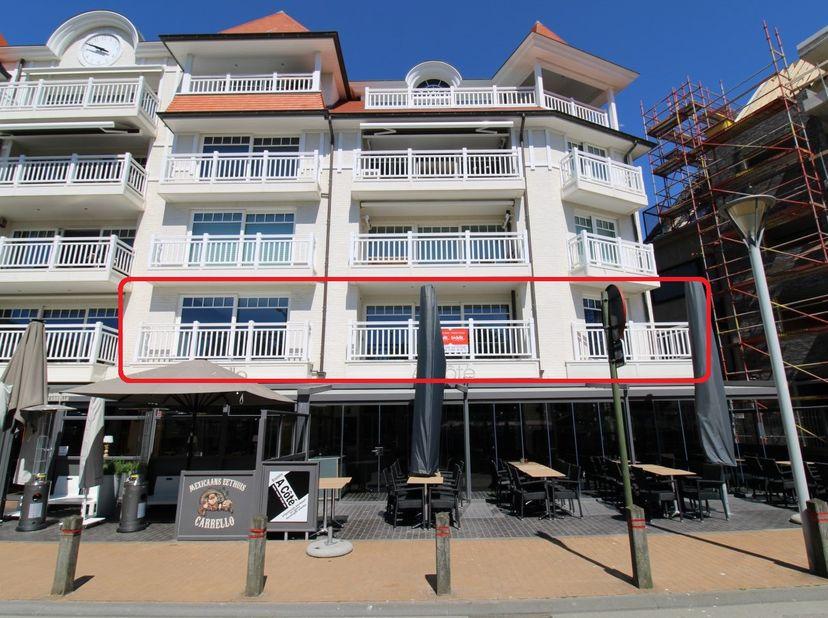 Het instapklare appartement in de Residentie Deauville op de eerste verdieping, met o.a. inkomhall, leefruimte met 2 terrassen, ingerichte keuken, ber