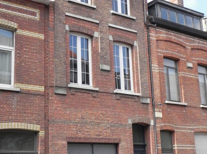 Appartement met op de 1ste verdieping een living (34m²), keuken (14m²), badkamer ( 8m²) en zonnig overdekt terras (14m²). Op de 2de verdieping 2 slaap