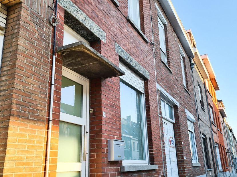 Te huur: woning op toplocatie met 3 slaapkamers en tuin<br /> <br /> Ruime centraal gelegen woning bestaande uit:<br /> - ruime leefruimte met volledi
