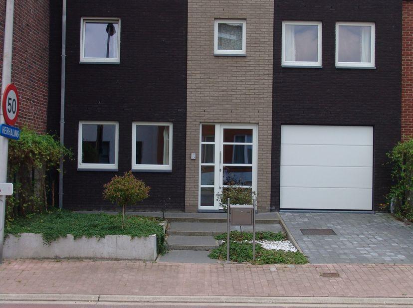 Zeer ruime energiezuinige woning te huur in Borlo (K-peil 25, E-peil 56), Rustig gelegen tussen de driekhoek Luik, Tienen en Sint-Truiden. De tuin is