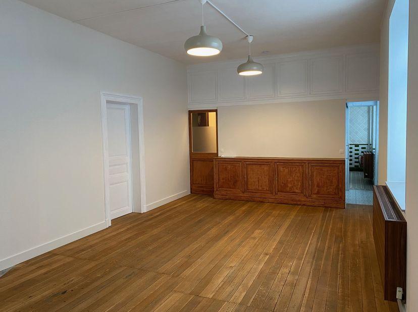 Ruim en lichtrijk appartement met één slaapkamer, badkamer, ruime en modern ingerichte keuken met vitro keramische kookplaat, combi magnetron oven, da